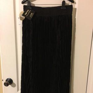 🏆NWT Black pleated maxi skirt Size L